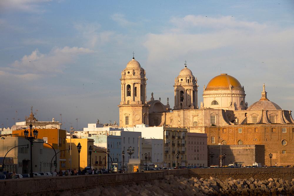 ESPAÑA / ANDALUCÍA / CÁDIZ.Atardecer en la catedral y en la Avenida Campo del Sur...