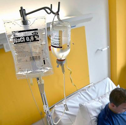 Nederland, Nijmegen, 8-5-2013Een patient met een storing in het immuunsysteem krijgt via een infuus het medicijn Nanogam toegediend.Foto: Flip Franssen