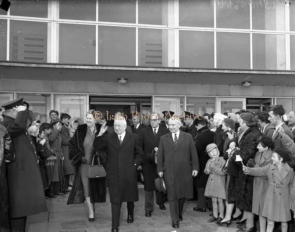 06/04/1959<br /> 04/06/1959<br /> 06 April 1959<br /> President Sean T. O'Ceallaigh and his wife Phyllis are greeted by a great throng at Dublin Airport on arrival home from their U.S. trip. With the party is Mr. John Leyden, Chairman of Aerlinte who welcomed them on arrival. this was the first visit by an Irish president to the United States, where the President was invited to address both houses of Congress.
