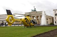 2002, BERLIN/GERMANY:<br /> Hubschrauber Christoph 31 von der ADAC Luftrettung, waehrend einem Einsatz in der Franzoesischen Botschaft auf dem Pariser Platz vor dem Brandenburger Tor<br /> IMAGE: 20021023-03-002<br /> KEYWORDS: Rettungshubschrauber, helicopter
