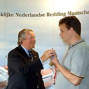 NLD/Huizen/20060512 - Opening vernieuwd KNRM reddingsstation Huizen Energieweg 1, de sleutel van reddingsvaartuig de Gooier word overhandigd aan de bestuurder