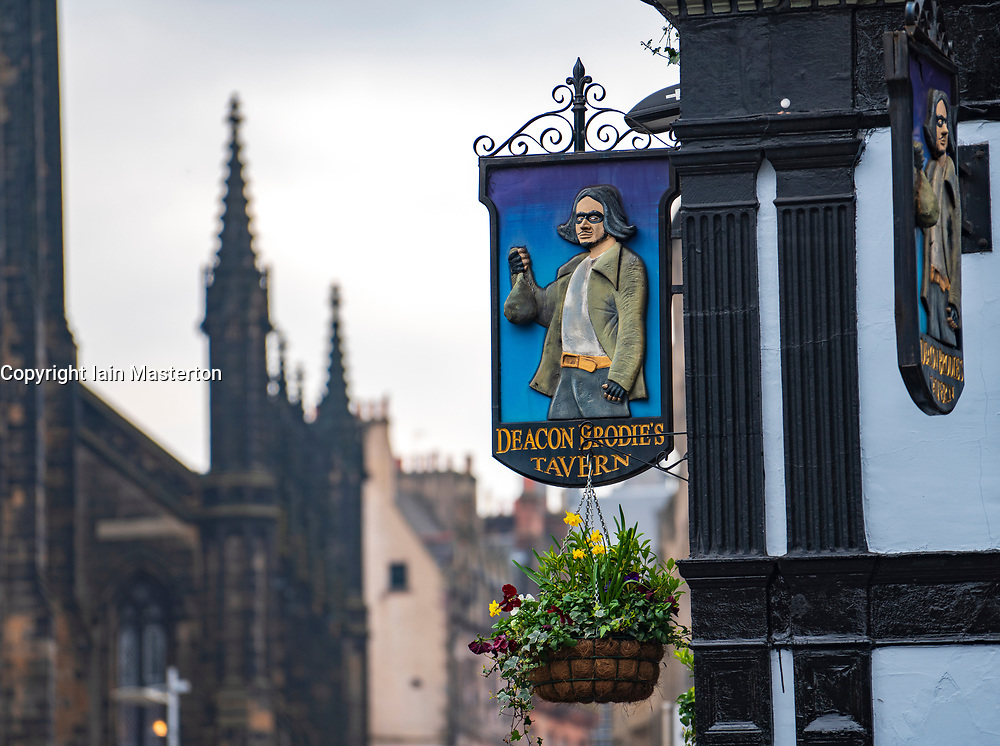 Exterior view of Deacon Brodie's Tavern on the Royal Mile in Edinburgh, Scotland. Uk