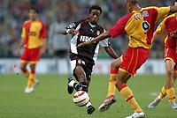 Fotball<br /> Frankrike 2004/05<br /> Lens v Monaco<br /> 28. august 2004<br /> Foto: Digitalsport<br /> NORWAY ONLY<br /> MOHAMED KALLON (MON) / DANIEL COUSIN (LENS)