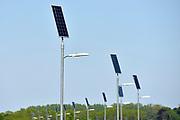 Nederland, Brummen, 7-5-2018Aan de nieuwe dijk langs de IJssel staan lantaarnpalen die hun stroom, elektriciteit, krijgen van een zonnepaneel wat er bovenop is gemonteerd .Foto: Flip Franssen
