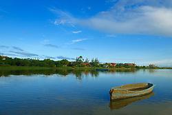 Canoa azul ancorada na lagoa de Ibiraquera no municipio de Imbituba, SC.<br /> <br /> FOTO: Jefferson Bernardes / Preview.com