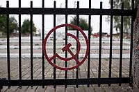 25.09.2015 Milejczyce woj podlaskie Nieznani sprawcy uszkodzili w nocy 23/24.09.2015 ponad 50 plyt nagrobnych na miejscowym cmentarzu zolnierzy radzieckich . Rozbite zostaly umieszczane na kazdym z pomnikow czerwone gwiazdy . Na cmentarzu w Milejczycach pochowanych jest 1600 zolnierzy Armii Radzieckiej , ktorzy walczyli tu w czasie II wojny swiatowej n/z pomnik i ogrodzenie cmentarza fot Michal Kosc / AGENCJA WSCHOD