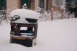 © under license to London News Pictures. 14/11/2010.  Bin covered in snow in Huntingdon Cambridgeshire. Photo credit : Jason Patel/LNP