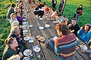 Nederland, Nijmegen, 1-9-2011Op de oever van de Waal aan de kant van Lent vond in een weiland een eet- en theaterfestijn plaats, De Tafel Van De Idee. Het komt uit de koker van Terts Brinkhof, een geboren Nijmegenaar die ook de Paradefestivals heeft opgezet.Gasten zitten aan een honderd meter lange tafel waar zijn een maaltijd geserveerd krijgen terwijl op de tafel muzikanten, dichters en theateracts hun kunsten vertonen.Het was een groot succes, de tafel was zo goed als uitverkocht en de sfeer was prima.Foto: Flip Franssen/Hollandse Hoogte
