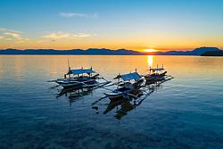 Auslegerboote im Sonnenuntergang, Island Romblon, Philippines, Philippine Sea, Pacific, Pacific Ocean / Sunset with outrigger canos, Island Romblon, Philippines, Philippine Sea, Pacific, Pacific Ocean