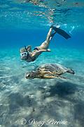 Emily Sepeta swims with a Hawaiian green sea turtle or honu, Chelonia mydas, at Ho'okena Beach, South Kona, Hawaii ( the Big Island ), USA ( Central Pacific Ocean ) MR 491