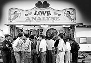 Gelukzoekers bij de Love Analyse op de kermis in Den Haag.
