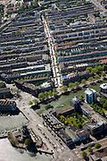 Nederland, Amsterdam, Amsterdam-Oost, 12-05-2009; Dappermarkt in de Dapperbuurt, onder in beeld de Mauritskade met molen de Gooyer (Gooijer).Swart collectie, luchtfoto (toeslag); Swart Collection, aerial photo (additional fee required).foto Siebe Swart / photo Siebe Swart