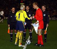 Fotball. UEFA Champions League. 30.10.2002.<br />Liverpool v Valencia.<br />Dommer Terje Hauge, linjedommerne Ole Herman Borgan (th) og Steinar Holvik samt de to lags kapteiner; Samu Hyypia og Santiago Canizares.<br />Foto: Robin Parker, Digitalsport<br />HAUGE TERJE REF BORGAN OLE HERM
