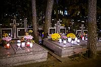Bialystok, 31.10.2020. Decyzja rzadu zostaly zamkniete - w zwiazku z gwaltownym wzorstem zakazen COVID-19 - na trzy dni wszystkie cmentarze w kraju N/z zamkniety najwiekszy w Bialymstoku Cmentarz Farny w godzinach wieczornych fot Michal Kosc / AGENCJA WSCHOD