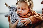Sessió de fotografia a un bebe a Banyoles. Fotografia natural i personal amb nens.