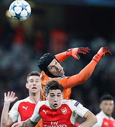 20.10.2015, Emirates Stadium, London, ENG, UEFA CL, FC Arsenal vs FC Bayern Muenchen, Gruppe F, im Bild Torwartaktion von Per Cech #33 (FC Arsenal London) // during UEFA Champions League group F match between Arsenal FC and FC Bayern Munich at the Emirates Stadium in London, Great Britain on 2015/10/20. EXPA Pictures © 2015, PhotoCredit: EXPA/ Eibner-Pressefoto/ Kolbert<br /> <br /> *****ATTENTION - OUT of GER*****