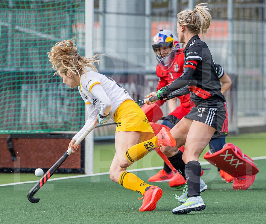 AMSTELVEEN -  Maartje Krekelaar (DenBosch) met Lauren Stam (Adam) en keeper Anne Veenendaal (Adam)   tijdens  de hoofdklasse hockey competitiewedstrijd dames, Amsterdam-Den Bosch (0-1)  COPYRIGHT WORLDSPORTPICS KOEN SUYK