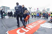 11 OCT 2019, BERLIN/GERMANY:<br /> Eine Demonstration wird von Polizisten waehrend der Aufloesung einer Sitzblockade von Extinction Rebellion (XR), eine globale Umweltbewegung, Weggetragen. XR protestiert mit der Blockade von Verkehrsknotenpunkten fuer eine Kehrtwende in der Klimapolitik, im Hintergrund die Kuppel des Reichstagsgebaeudes, Marschallbruecke<br /> IMAGE: 20191011-01-010<br /> KEYWORDS: Demonstration, Demo, Demonstranten, Klima, Klimawandel, climate change, protest, Marschallbrücke, Climate Justice, Protest