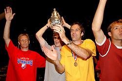 02-06-2003 NED: Huldiging bekerwinnaar FC Utrecht, Utrecht<br /> De spelers en de technische staf kregen een rondrit door de stad in een open Engelse dubbeldekker. Om 20.30 uur keert de stoet terug in Galgenwaard en zal in het stadion de officiële huldiging plaatsvinden / Foeke Booij, Dave van den Bergh, Igor Gluscevic