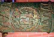Siedemnastowieczna lufa armatnia, pięknie zdobione maszkaronami oraz ornamentami roślinnymi. W centralnej jego części umieszczony jest herb Lubomirskich Szreniawa.