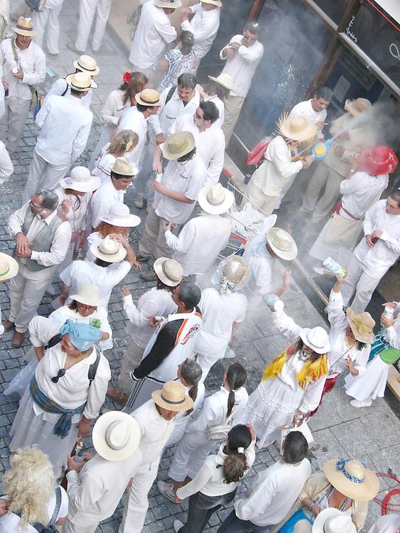 ESP, Spanien, Kanarische Inseln,  La Palma , Santa Cruz de La Palma, 27.02.2006: -  Am Rosenmontag in der Hauptstadt Santa Cruz in der Fussgangerzone der Calle O'Daly  steht eine Gruppe traditionell weiss gekleideter Personen. Symbolisch verspottet werden die Los Indianos, die einstigen Auswanderer nach Kuba und Lateinamerika, die versuchten ihr Glueck zu machen, und spaeter teilweise betucht , in ihrer kolonialen weissen Kleidung nach La Palma zurueck kehrten. Beim Umzug durch die Strassen von Santa Cruz wirft jeder mit weissem Talg-Puder um sich. Besonders trifft es diejenigen die nicht weiss gekleidet sind.  Foto: Frank-Udo Tielmann,  | ESP, Spain, Canarian Islands,  La Palma , Santa Cruz de La Palma, 2006.02.27. : - A group of Los Indianos stands in the Calle O'Daly usually the main shopping sreet in the capital Santa Cruz de La Palma on Monday before lent.  Traditionally everybody wears white clothes on that day symbolizing the return of the Los Indianos, Palmeros who tried to make a better life in Cuba or latin america. Later they came back as ostentatious rich people.  Everybody throws white talcum powder esp. towards those who do not wear white clothes.