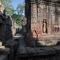 Two devata figures carved on a wall in Preah Khan. Compared to an apsara, the devata is a goddess. The beautiful apsaras were supposed to dance for the enjoyment of the gods.