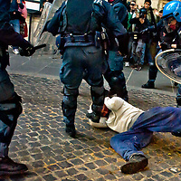 Manifestante picchiato dalla polizia