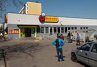 Bialystok, 07.04.2020. Z powodu epidemii koronawirusa do sklepow wpuszczanych jest jednoczesnie kilkanascie osob N/z kolejka do wejscia do Biedronki fot Michal Kosc / AGENCJA WSCHOD
