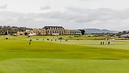 05-10-2019 Schotland - St Andrews Old Course, fairway hole 18 en hole 1 met het Old Course Hotel op de achtergrond