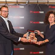 NL/Baarn/20201126 - Minister Van Engelshoven te gast bij Theater Thuis.nl, Pieter Jouke overhandigt het eerste Theater Thuis Magazine aan minister van Engelshoven