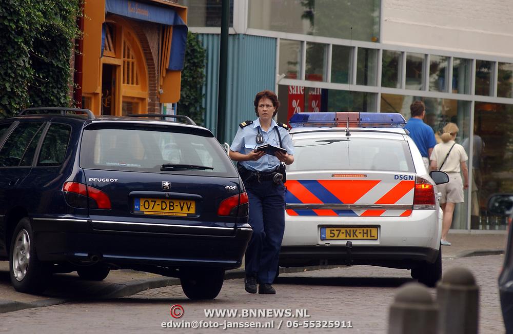 Mirjam Rebel deelt een bon uit Laren, politie, overtreding, bekeuring, optreden, asociaal, verkeer, parkeren