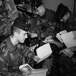 samedi 24 décembre, 23h07, Vincennes. Militaires du 21ème Régiment d'Infanterie de Marine découvrant les lettres et dessins d'enfant qu'il ont reçus dans leur colis de Noël. <br /> <br /> Découvrir le livre Sentinelles, ils veillent sur Paris http://www.editionspierredetaillac.com/nos-ouvrages/catalogue/beaux-livres/sentinelles-ils-veillent-sur-paris