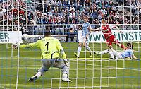 Fotball<br /> Tyskland<br /> 30.03.2014<br /> Foto: imago/Digitalsport<br /> NORWAY ONLY<br /> <br /> Bård FINNE Torschuss, schiesst das Tor zum 0-1 gegen Gabor KIRALY Torwart TSV1860<br /> 2. Bundesliga , München am 30.03.2014 TSV 1860 München - 1. FC KÖLN ( - ) 28.Spieltag, Liga2