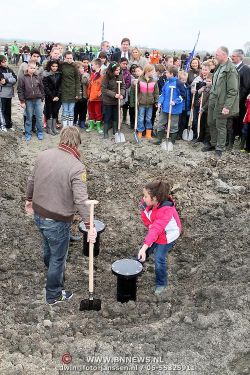 NLD/Biddinghuizen/20080228 - Prinses Máxima begraaft tijdcapsules in het klimaatbos van Natuurmonumenten in Biddinghuizen,