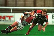 Twickenham  Surrey, The Stoop. Harlequins vs Saracens,<br /> <br /> <br /> Saracen centre, Tim Horan, passes  Quin's fly-half Craig Chalmers.<br /> <br /> [Mandatory Credit: Peter SPURRIER; Intersport Images]