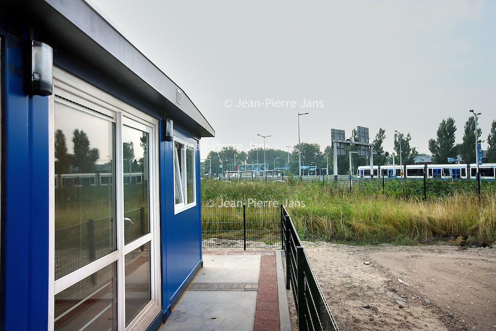 Nederland, Amsterdam , 4 september 2013.<br /> Nieuwe bewoners van Zeeburgereiland protesteren tegen de komst van een aso familie uit amsterdam Noord die in een soort bouwkeet in de buurt geplaatst worden.<br /> Foto:Jean-Pierre Jans