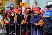 Koningin Beatrix opent Philips Museum in Eindhoven.Het Philips museum is gevestigd in de eerste gloeilampen fabriek van Philips in het centrum van Eindhoven. Hier werd in 1891 de eerste gloeilamp geproduceerd. De expositie in de grondig gerenoveerde fabriek vertelt bezoekers het verhaal van de onderneming vanaf de start tot en met toekomstige innovatieve ontwikkelingen. <br /> <br /> Queen Beatrix opens in Eindhoven.Het Philips Philips Museum museum is located in the first Philips light bulb factory in the center of Eindhoven. Here in 1891 the first bulb produced. The exhibition in the thoroughly renovated factory tells visitors the story of the company from the start to future innovative developments.<br /> <br /> Op de foto/ On the photo:  Publiek