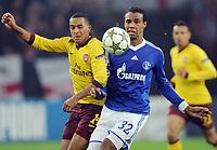Fotball<br /> Tyskland<br /> 06.11.2012<br /> Foto: Witters/Digitalsport<br /> NORWAY ONLY<br /> <br /> v.l. Theo Walcott, Joel Matip  (Schalke)<br /> Fussball Champions League, Gruppenphase, FC Schalke 04 - Arsenal London 2:2