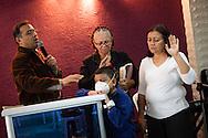 """Un pastor de la """"Comunidad Cristiana de Restauración y Avivamiento Unidad en Cristo"""" pide por la salud de Manuel Alejandro junto a su madre y madrina. Gracias a FundaHigado, en junio de 2012, recibió un trasplante de higado que le permite disfrutar de la vida. Maracaibo, Venezuela 20 y 21 Oct. 2012. (Foto/ivan gonzalez)"""