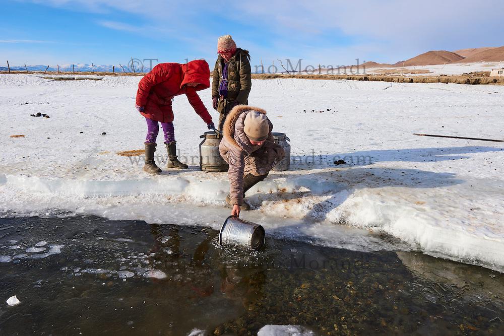 Mongolie, province de Bayan-Olgii, paysage en hiver, famille kazakhe, corvée d'eau dans la glace // Mongolia, Bayan-Olgii province, landscape in winter, Kazakh family, water drudgery