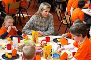 Prins Willem-Alexander en Prinses Maxima zijn op de basisscholen De Triangel en Het Palet om met een fluitsignaal de Koningsspelen te openen. Ruim 1,3 miljoen kinderen van 65.000 scholen doen mee aan deze sportdag, een cadeau van alle schoolkinderen in Nederland aan het aanstaande koningspaar. <br /> <br /> Prince Willem-Alexander and Princess Maxima are on the primary school the Triangle and Palette With a whistle they will open the games. More than 1.3 million children from 65,000 schools participate in these sports day, a gift of all schoolchildren in the Netherlands to the future King and Queen.<br /> <br /> Op de foto / On the photo:  Prinses Maxima neemt deel aan het Koningsontbijt<br /> <br /> Princess Maxima participates in the Kingbreakfast