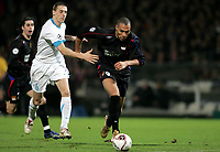 Fotball<br /> Foto: PanoramiC/Digitalsport<br /> NORWAY ONLY<br /> <br /> John Carew contre Timmy Simons<br /> <br /> Lyon v PSV Eindhoven<br /> 08.03.2006 - Champions League C1
