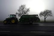 Mezirici/Tschechische Republik, CZE, 11.12.06: Traktor mit Anhänger in einer Süd-Böhmischen Landschaft im Nebel in der Nähe des Dorfes Mezirici.<br /> <br /> Mezirici/Czech Republic, CZE, 11.12.06: South Bohemian landscape close to the village Mezirici in foggy weather with tractor.
