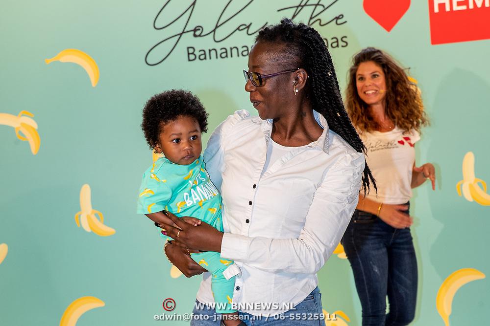 NLD/Amststelveen/20190619 Modeshow kledinglijn Yolathe Cabau van kasbergen genaamd  Bananas&Bananas,, showen kleding door kind met zijn oma