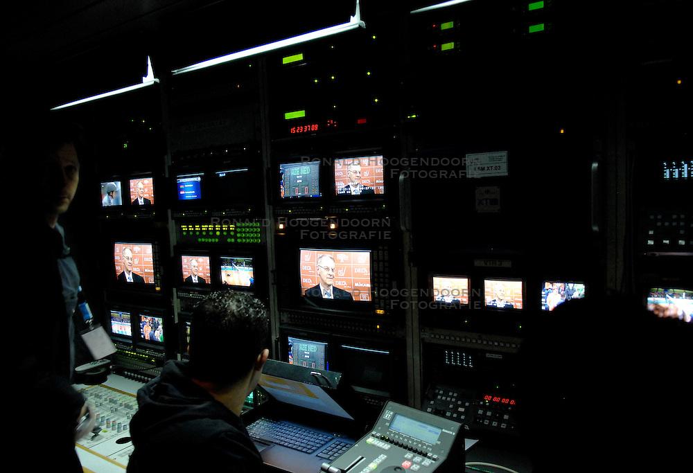 11-11-2007 VOLLEYBAL: PRE OKT: NEDERLAND - AZERBEIDZJAN: EINDHOVEN<br /> Nederland wint ook de de laatste wedstrijd. Azerbeidzjan verloor met 3-1 / TV wagen, mix media pers NOB<br /> ©2007-WWW.FOTOHOOGENDOORN.NL