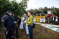 13.06.2017 wies Postolowo Puszcza Bialowieska Aktywisci z Greenpeace i Fundacji Dzika Polska zablokowali po raz czwarty wyjazd maszyn harvester do pracy w lesie . W protescie bierze udzial ok 40 osob , w tym 9 z zagranicy , glownie z Czech N/z policja legitymuje uczestnikow fot Michal Kosc / AGENCJA WSCHOD