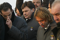 GYOER/HUNGRIA-27 JANEIRO: Benfica's players, PETIT, SOKOTA and coach JOSÉ A. CAMACHO (center) watch the coffin of striker MIKLOS FEHER being buried during his funeral in Hungarian city of Gyor. Miklos Feher died at Guimaraes stadium during a Portuguese league match. Emergency medical personnel tried to revive him and he was taken by ambulance to a hospital where he died on Sunday evening.<br />(PHOTO BY:AFCD/GERARDO SANTOS)