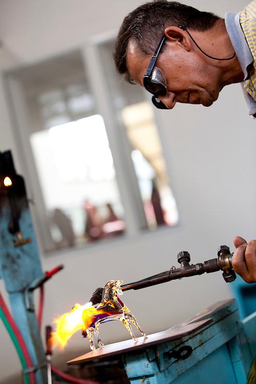 Pocos de Caldas_MG, Brasil...Artesao fazendo um cavalo de murano...A craftman doing murano glass horse...Foto:LEO DRUMOND / NITRO