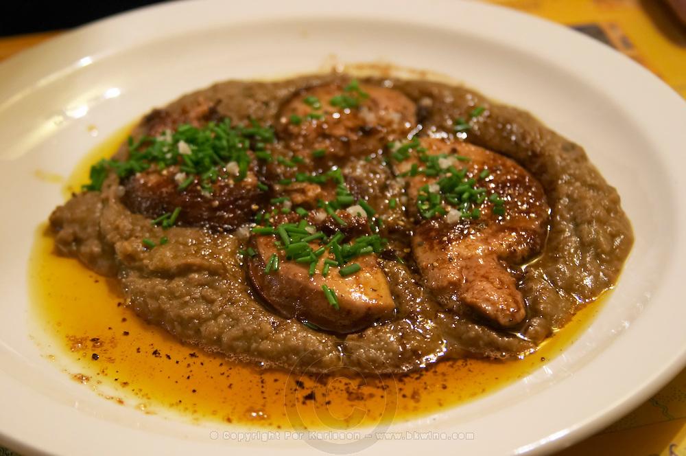 L'Auberge de la Clamoux, Villeneuve-Minervois Minervois. Languedoc. Foie gras poele avec puree de lentilles. Sear fried duck liver with mashed puree of lentils. France. Europe.