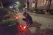 Nederland, Hernen, 2-11-2017Een kind  plaatst kaarsjes op de begraafplaats achter de kerk. Bij elk graf komt er een. Later zullen kerkgangers er een stille omgang maken ter nagedachtenis aan de overledenen.Foto: Flip Franssen